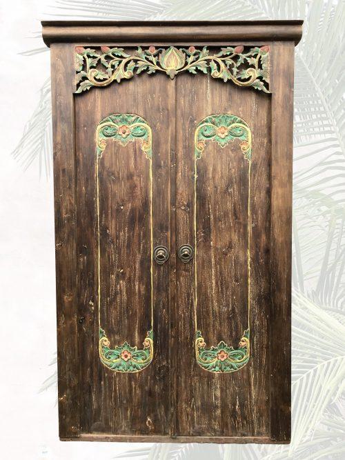 Tür mit farbiger Schnitzerei