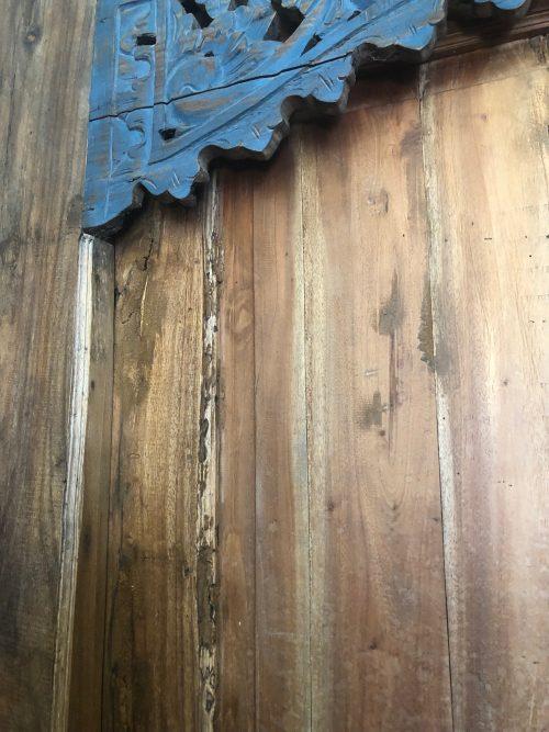 restaurierte Holztür mit blauer Verzierung