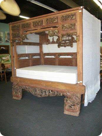 Beispiel antike Verzierung Tuerbogen Deko ueber dem Bett
