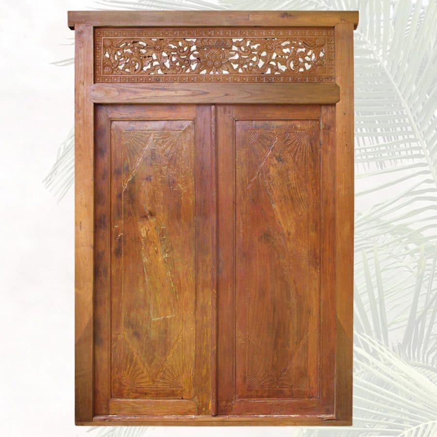 Breite, holzfarbene Tür mit Schnitzereien