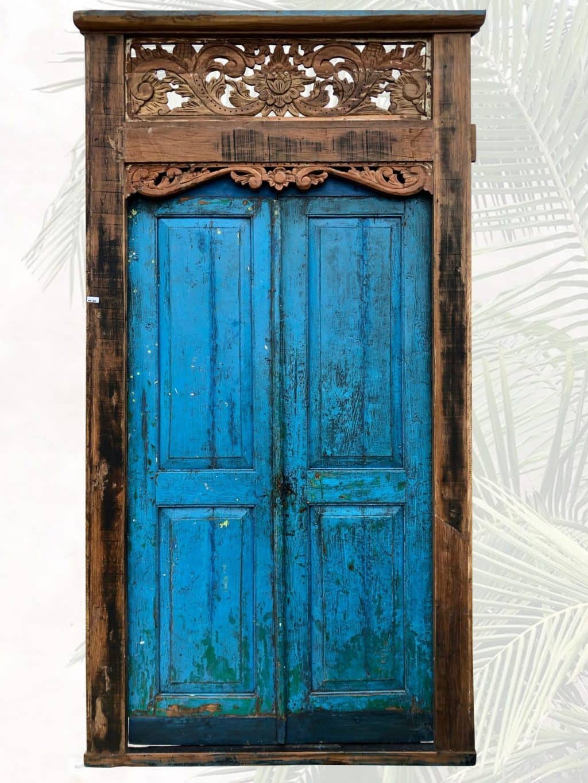 alte-Holztuer-mit-floraler-Verzierung-blau