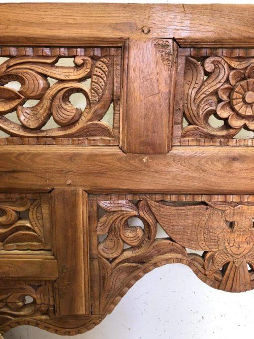 antike Verzierung Tuerbogen Deko ueber dem Bett