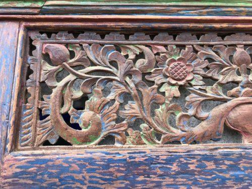 antike holztuer mit einzigartiger farbgebung setiawan