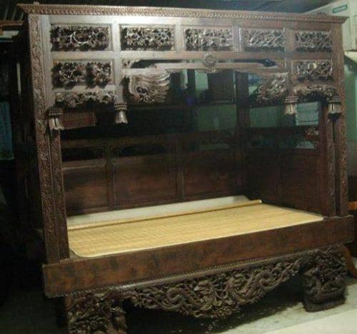 antikes Bett mit Verzierung Beispiel