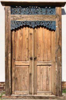 restaurierte-Holztuer-mit-blauer-Verzierung